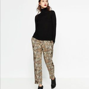 Zara Relaxed Fit Pants with a black Side Stripe